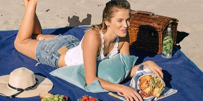 picknickfilt med unik vävteknik som gör att sanden faller igenom filten.
